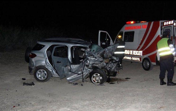 La camioneta en la que viajaba la víctima resultó destruida (Foto viedma24horas.com.ar)