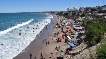 La pleamar redujo espacios en la playa, y muchos optaron porque instalarse cerca de otros.