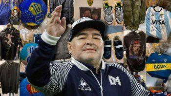 Maradona con algunas de sus prendas más valiosas de fondo.