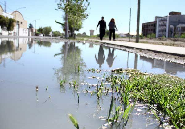 Saltó una tapa y líquidos cloacales inundaron varias cuadras en General Paz