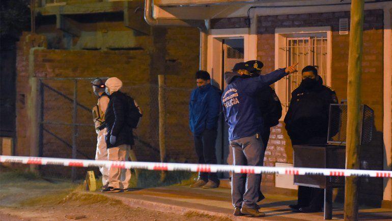 Un ladrón entró a robar a la casa de un policía y lo mataron