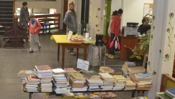 La Biblioteca Popular Bernardino Rivadavia es una institución emblema en la ciudad. La crisis económica le está pegando fuerte, pero aguanta y sigue.