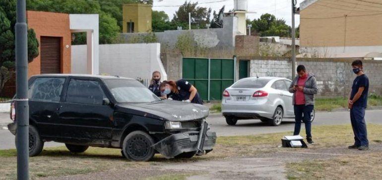 El Fiat Uno usado por los delincuentes fue abandonado en el lugar