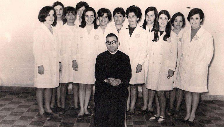 Padre Stábile y sus maestras de la Escuela Parroquial.