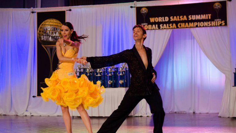 La salsa y la bachata son ritmos latinos cada vez más bailados en diferentes partes del mundo.