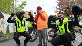 La emoción de Juancito al arriba a la meta y el gran gesto del personal de tránsito.