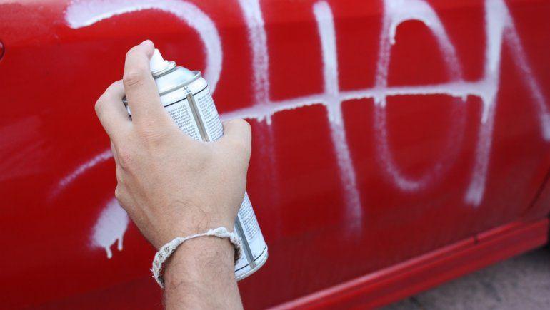 Viral: pintó el auto de su expareja para que se acuerde de su hijo.   Foto referencial.