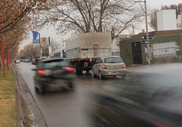 Reclaman controles o semáforos en avenida Alem