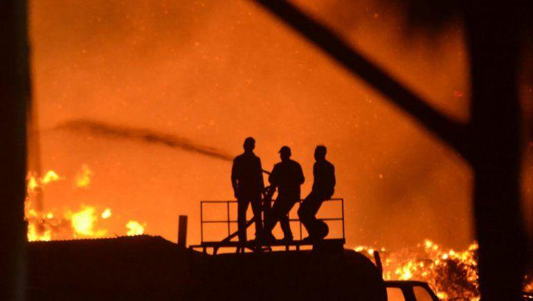 Incendio voraz: 12 empleados de la papelera con lesiones