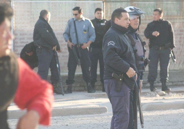 Batalla entre policías y jóvenes