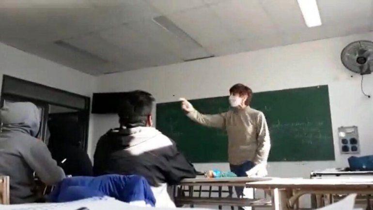 Video: tensa pelea entre una docente K y un alumno