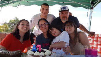Agustín junto a una familia que respira el mejor básquet.