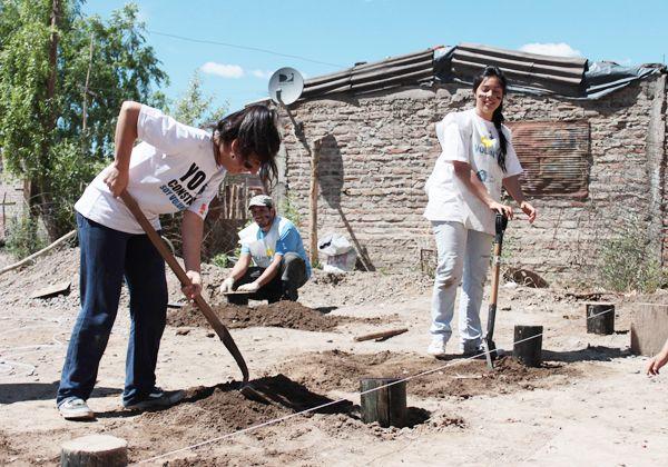 La ONG Techo construye viviendas en el barrio 2 de Agosto de Cipolletti