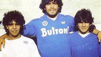 Diego Maradona en Italia, con la del Napoli, posando junto a sus hermanos Lalo y el Turco.