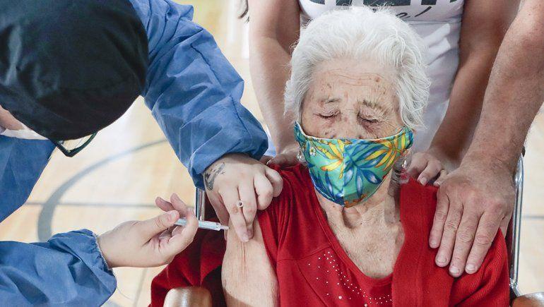 En una mañana se vacunaron 125 abuelos cipoleños