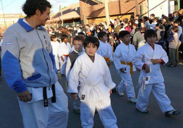 Desfile en la capital provincial por los Juegos rionegrinos