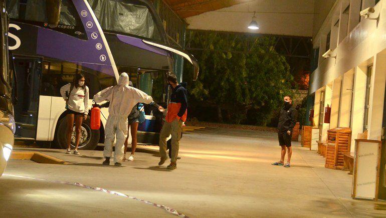 Familiares de egresados con Covid-19 aseguran que la empresa intentó ocultar los casos