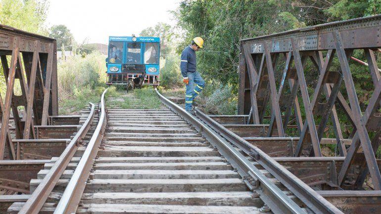 Operarios del servicio ferroviario trabajaron desde el martes para garantizar la seguridad en el puente.