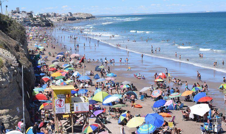 La playa se volvió a vestir con el color del verano. Estiman que la ocupación llega al 80%. El lunes caería.