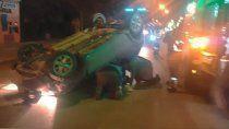 brutal accidente: choco contra un auto estacionado y volco