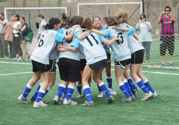 Las chicas juegan al fútbol