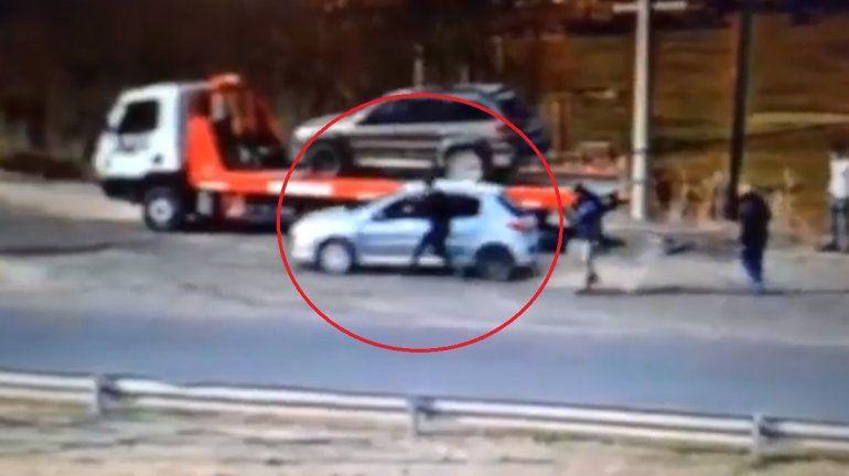 Cinco Saltos: intentó escapar de un control y arrastró a un policía con su auto
