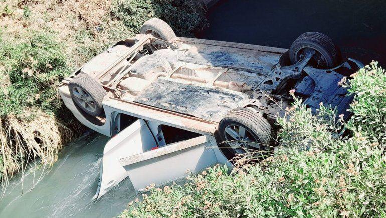 Un hombre perdió el control del auto y cayó adentro de un canal