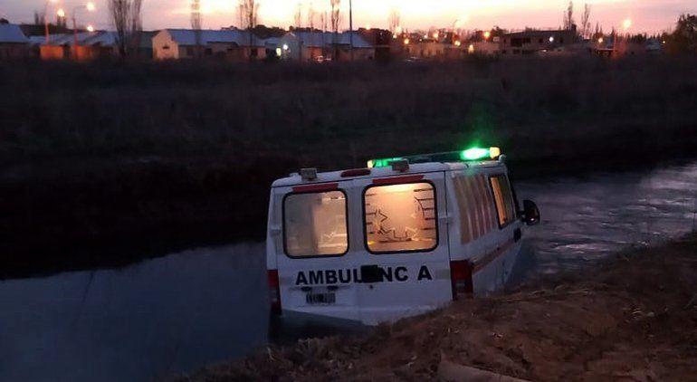 Ambulancia con muestras de Covid chocó y cayó a un canal
