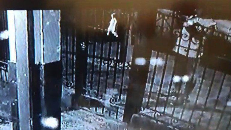 Ladrón fue grabado cuando marcaba una casa para robar