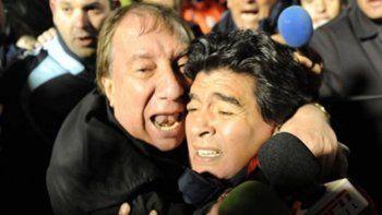 Las tácticas para que Bilardo no vea los homenajes a Maradona