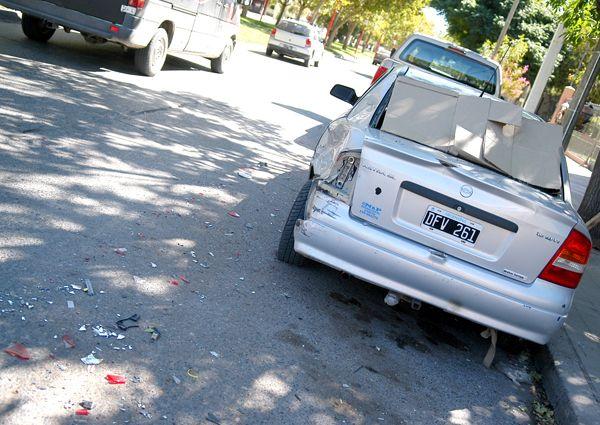 Auto robado provocó un accidente en la Avenida Alem
