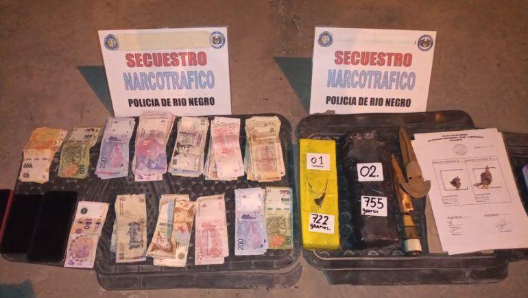 Los detuvieron en Cipolletti con dos ladrillos de marihuana y más de $20 mil