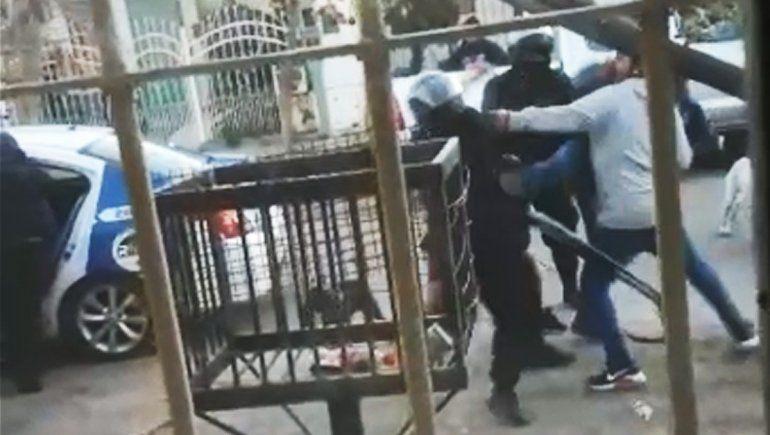Video: terrible batalla campal terminó con dos policías heridos