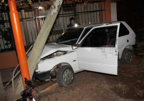 Importantes daños en un auto tras un choque contra un poste de madera