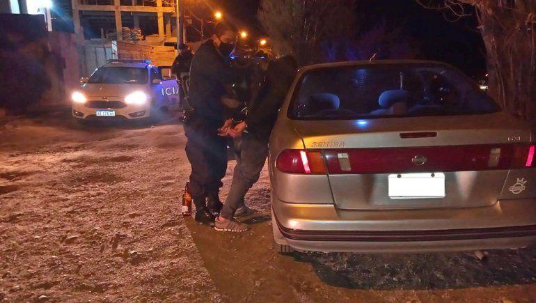 Como la película: entró a un auto para robar y quedó encerrado