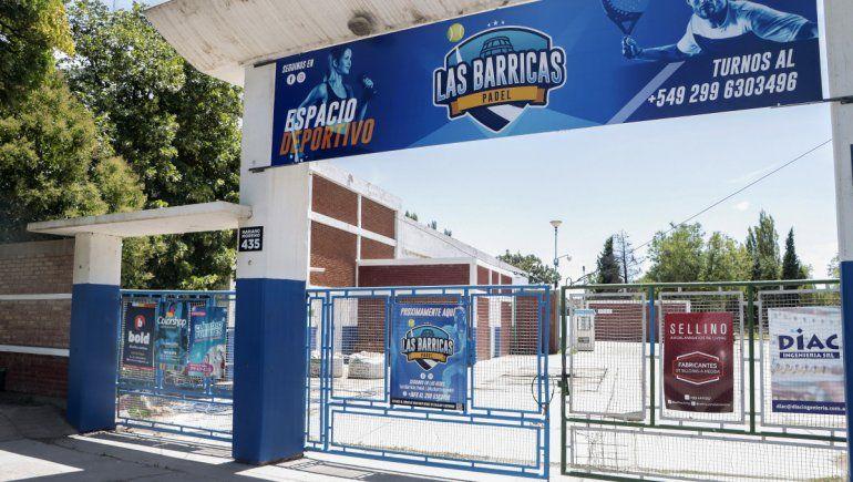 El lugar está ubicado en Mariano Moreno y las vías del tren.
