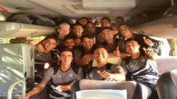 Los jugadores de Cipo en el micro rumbo a Paraná para el partido de Copa.