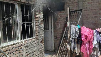la policia rescato a un hombre y tres nenes de morir quemados