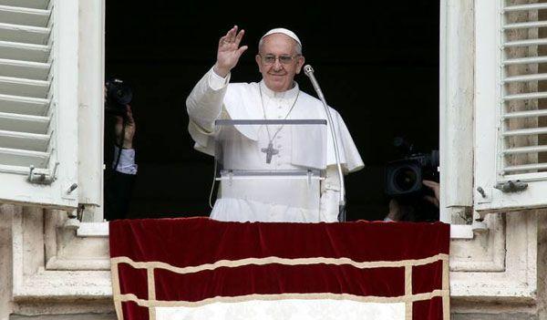 Miles de fieles escucharon el primer Angelus de Francisco