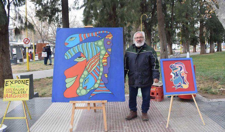 El artista callejero que ilumina con sus cuadros la plaza cipoleña