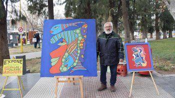 el artista callejero que ilumina con sus cuadros la plaza cipolena