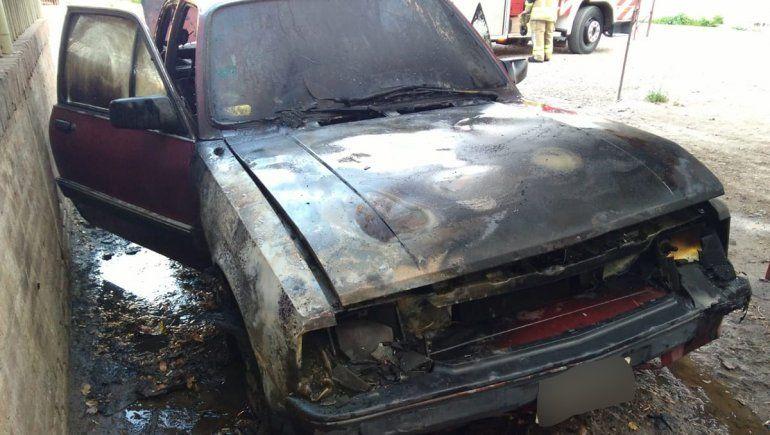 Susto: un auto se prendió fuego en las 300 Viviendas