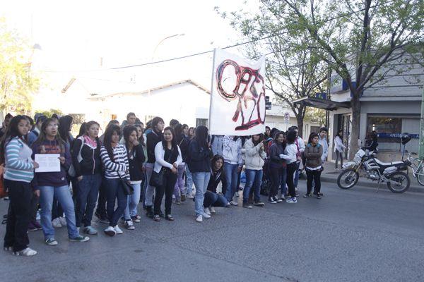 Alumnos del CEM 120 protestaron frente al ANSES
