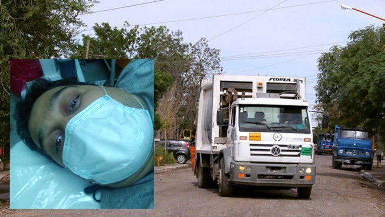 Lo aplastó el camión recolector de basura y se salvó de milagro