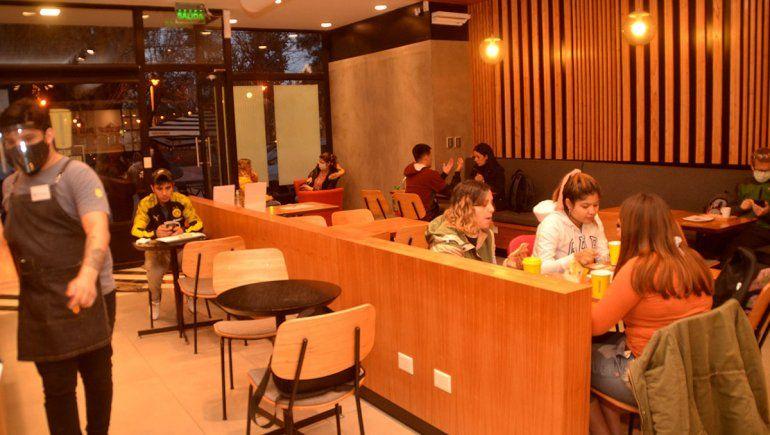 Bares y cafés llenaron las mesas en la reapertura