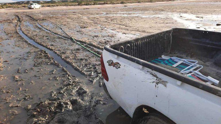 Dramático rescate de una camioneta de neuquinos que casi atrapa el mar
