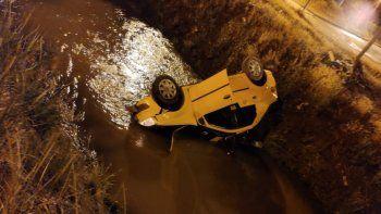 taxista perdio el control y cayo al canal con un pasajero