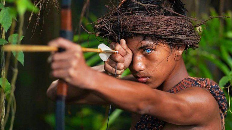 La tribu de Indonesia que asombra por sus ojos azul brillante