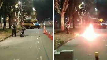 Insólito: como no tenía los papeles de la moto, la prendió fuego
