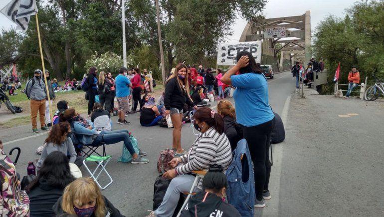 Organizaciones sociales cortan los puentes carreteros a Neuquén